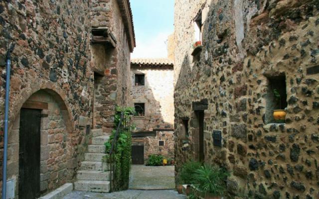 Le bourg et environs du village de Santa Pau
