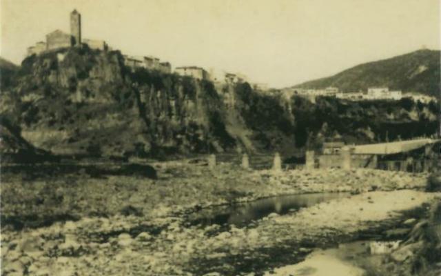 Les ruines des murailles du village de Castellfollit de la Roca