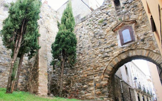 Bóveda y muralla original del portal de la Força