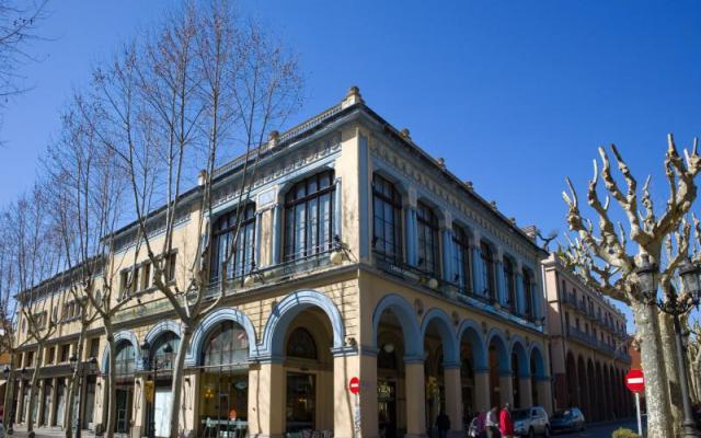 Clarà square arches and Fira del Dibuix (Drawing Fair)